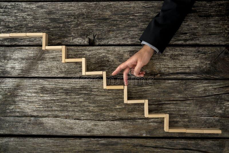Επιχειρηματίας ή σπουδαστής που περπατά ξύλινα βήματα δάχτυλών του τα επάνω στοκ εικόνα