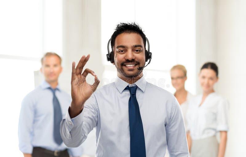 Επιχειρηματίας ή χειριστής γραμμών βοήθειας που παρουσιάζει εντάξει σημάδι στοκ φωτογραφία με δικαίωμα ελεύθερης χρήσης