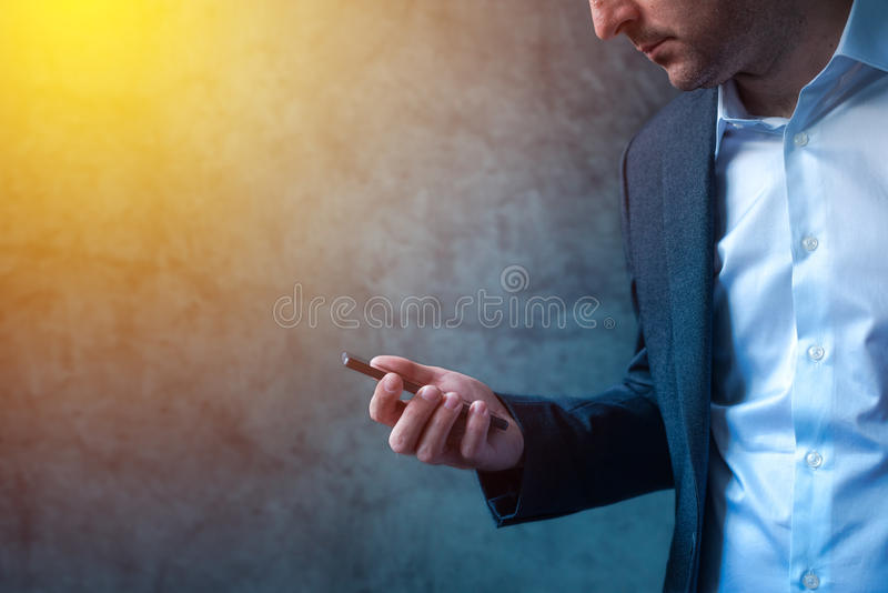 Επιχειρηματίας λαμβανόμενο στο βιασύνη μήνυμα SMS στο smartphone στοκ εικόνες