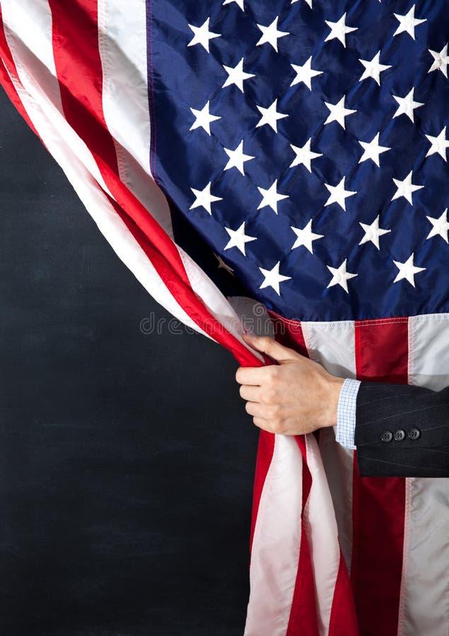 Επιχειρηματίας, Αμερική, ΗΠΑ, σημαία, που κρύβονται, επιχείρηση, ξυλάνθρακας, απειλή ή ευκαιρία στοκ φωτογραφία με δικαίωμα ελεύθερης χρήσης