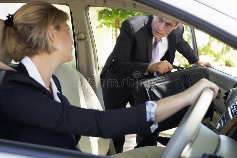 Επιχειρηματίας αργά για το αυτοκίνητο που συγκεντρώνει το ταξίδι στην εργασία στοκ φωτογραφία με δικαίωμα ελεύθερης χρήσης