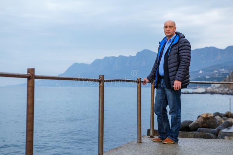 Επιχειρηματίας ατόμων σε ένα κοστούμι που στέκεται στην παραλία στοκ φωτογραφίες με δικαίωμα ελεύθερης χρήσης