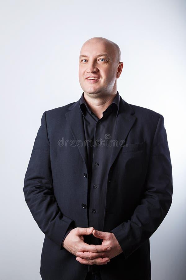 Επιχειρηματίας ατόμων στο μαύρο κοστούμι στο άσπρο υπόβαθρο στοκ εικόνες