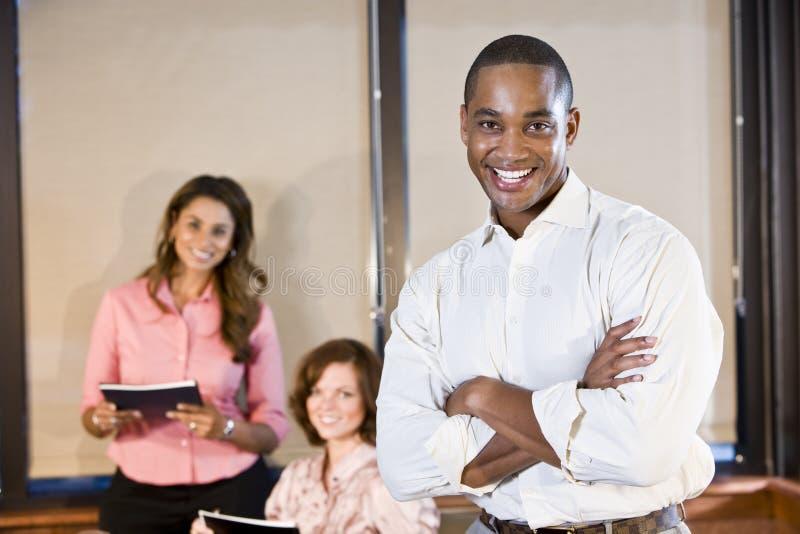 Επιχειρηματίας αφροαμερικάνων με τους συναδέλφους στοκ εικόνα