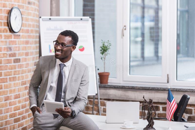 Επιχειρηματίας αφροαμερικάνων που κρατά την ψηφιακή ταμπλέτα με το χέρι στοκ εικόνες