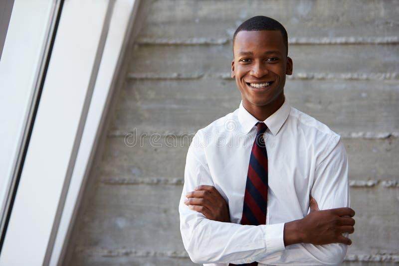 Επιχειρηματίας αφροαμερικάνων που στέκεται ενάντια στον τοίχο στοκ εικόνες