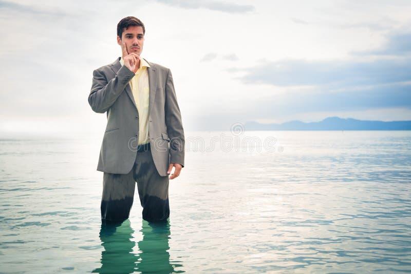 Επιχειρηματίας γόνατο-βαθιά στο νερό στοκ εικόνες με δικαίωμα ελεύθερης χρήσης