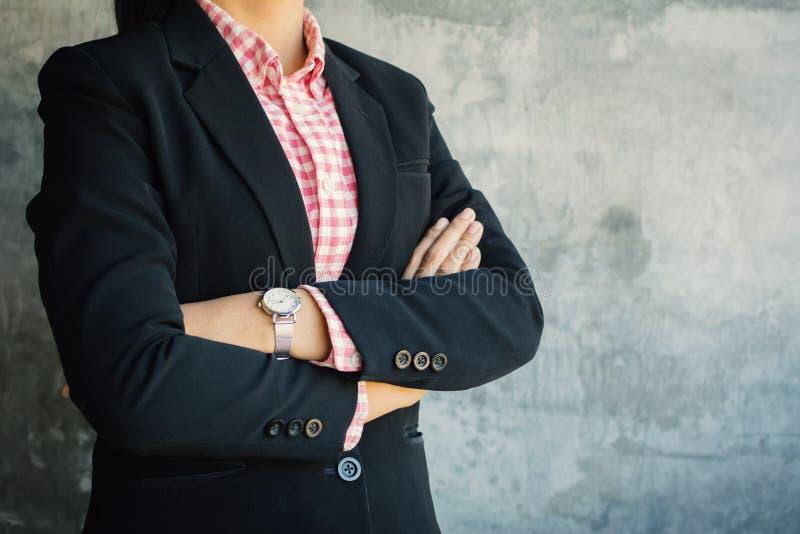 Επιχειρηματίας διαγώνια βραχίονας ` s που στέκεται με βέβαιο στοκ φωτογραφία με δικαίωμα ελεύθερης χρήσης