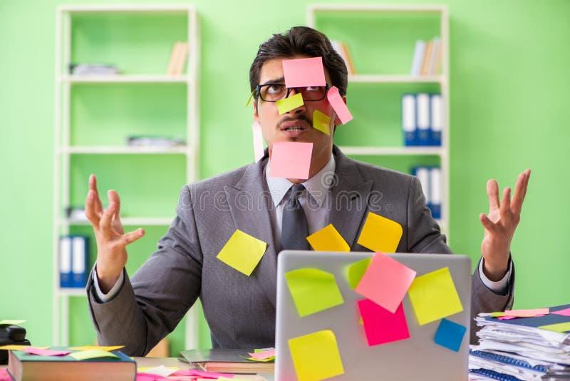 Επιχειρηματίας δυστυχισμένος με πολλές συγκρουόμενες προτεραιότητες που κάθονται μέσα στοκ εικόνα