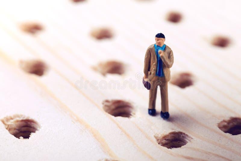 Επιχειρηματίας επιχειρησιακής πρόκλησης που προσπαθεί να αποφύγει τα λάθη στοκ εικόνα