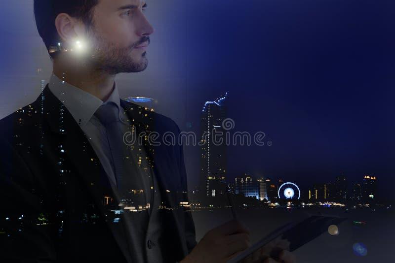 Επιχειρηματίας και άποψη της εικονικής παράστασης πόλης στοκ εικόνα με δικαίωμα ελεύθερης χρήσης