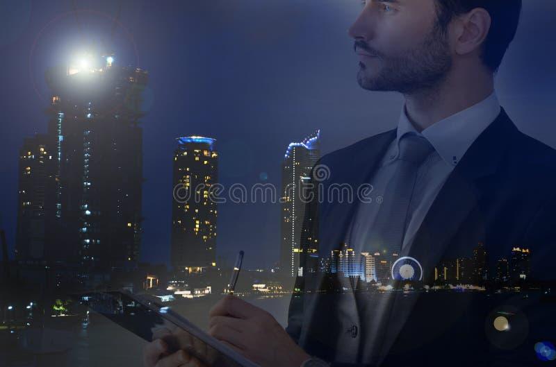 Επιχειρηματίας και άποψη της εικονικής παράστασης πόλης στοκ εικόνες