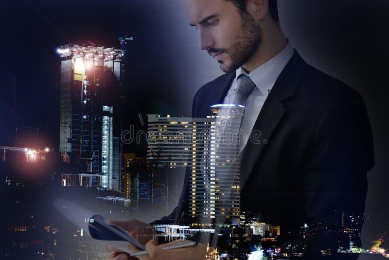 Επιχειρηματίας και άποψη της εικονικής παράστασης πόλης στοκ φωτογραφία