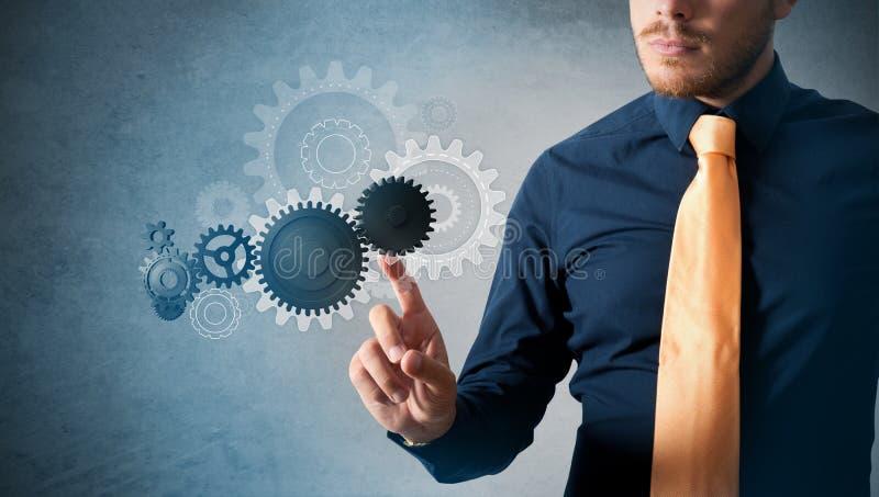 Επιχειρηματίας και εικονική διαπροσωπεία με cogwheels στοκ εικόνες με δικαίωμα ελεύθερης χρήσης