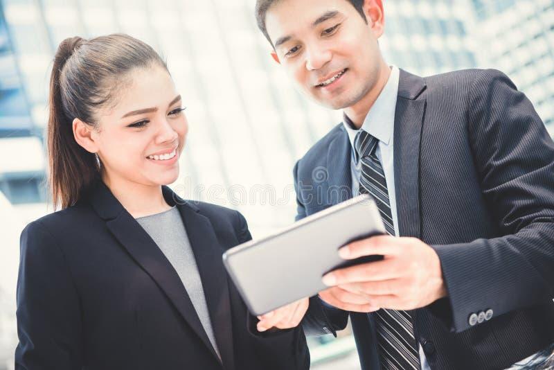 Επιχειρηματίας και επιχειρηματίας που εξετάζουν το PC ταμπλετών στοκ εικόνες