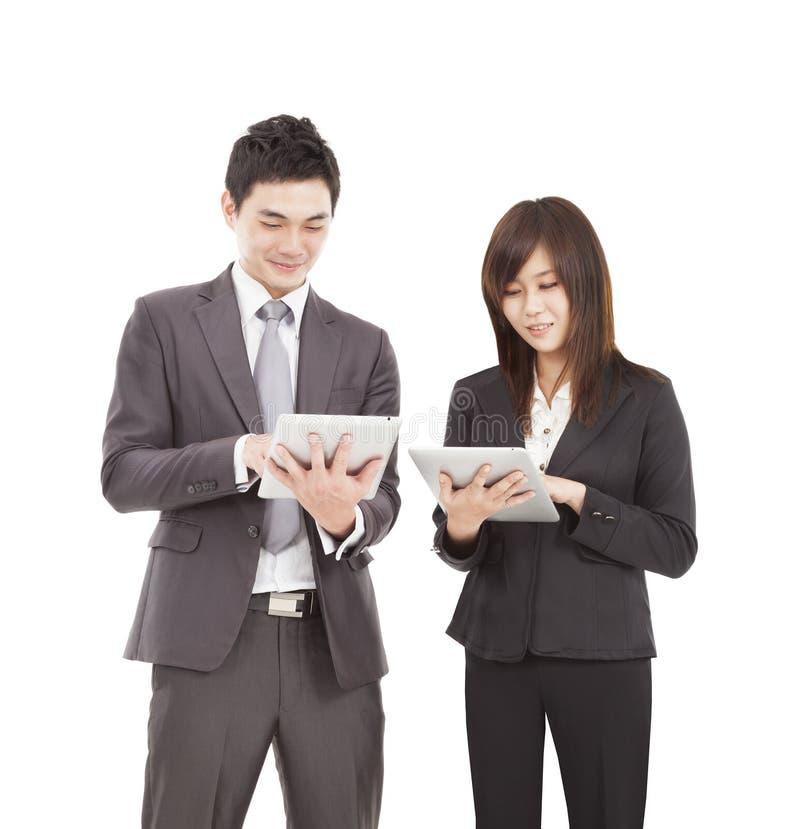 Επιχειρηματίας και επιχειρηματίας που χρησιμοποιούν το PC ταμπλετών στοκ εικόνα με δικαίωμα ελεύθερης χρήσης