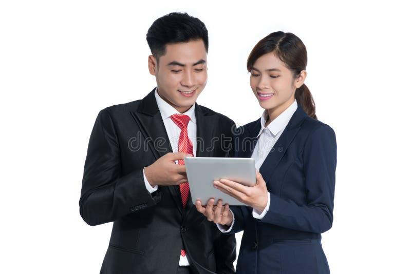 Επιχειρηματίας και επιχειρηματίας που χρησιμοποιούν το PC ταμπλετών στο άσπρο backgroun στοκ εικόνα με δικαίωμα ελεύθερης χρήσης