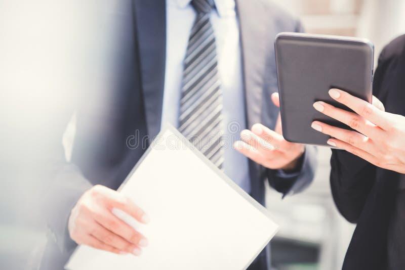 Επιχειρηματίας και επιχειρηματίας που χρησιμοποιούν το PC ταμπλετών στοκ φωτογραφία με δικαίωμα ελεύθερης χρήσης