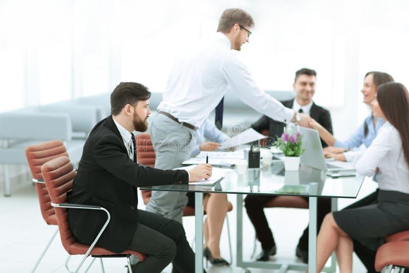 Επιχειρηματίας και επιχειρησιακή ομάδα που συζητούν τα επιχειρησιακά ζητήματα στοκ φωτογραφία