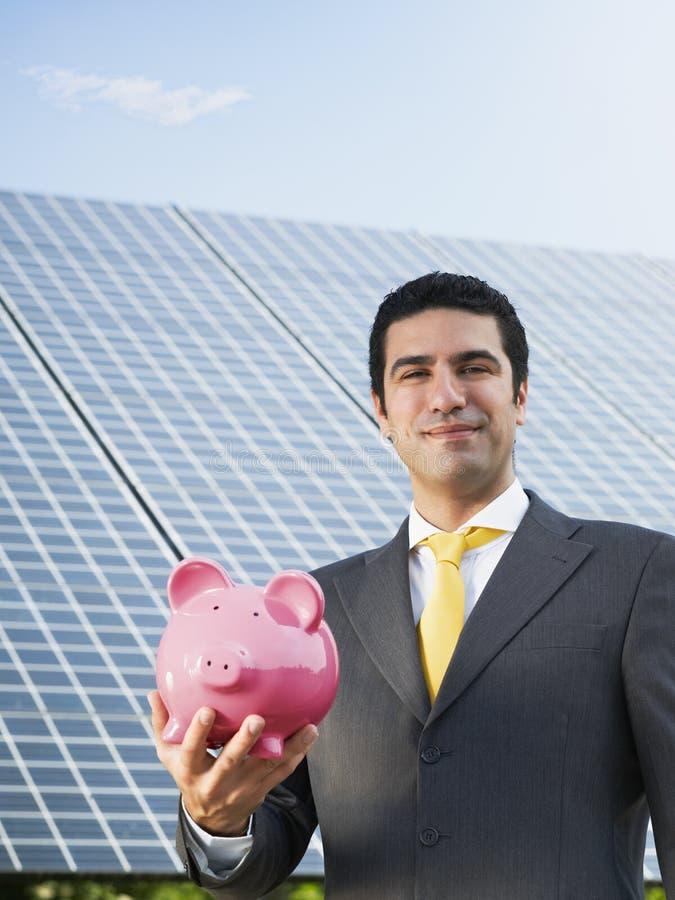 Επιχειρηματίας και ηλιακά πλαίσια στοκ φωτογραφία