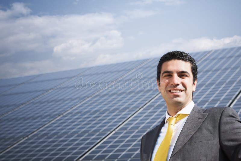 Επιχειρηματίας και ηλιακά πλαίσια στοκ εικόνες