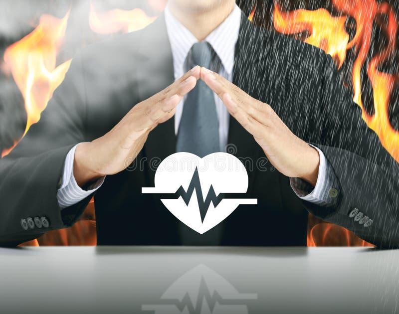 Επιχειρηματίας και κτύπος της καρδιάς με το υπόβαθρο πυρκαγιάς στοκ φωτογραφίες