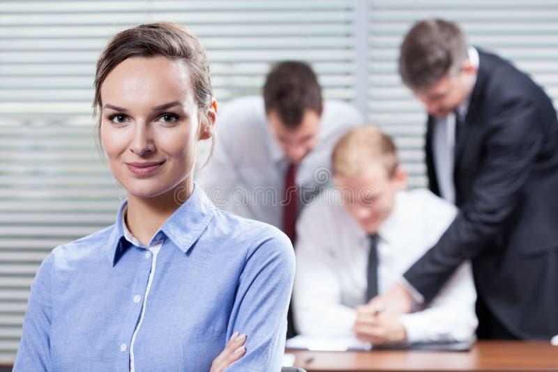Επιχειρηματίας και οι συνάδελφοί της στοκ φωτογραφία με δικαίωμα ελεύθερης χρήσης