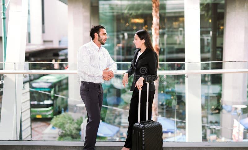 Επιχειρηματίας και επιχειρηματίας που μιλούν στον αερολιμένα στοκ εικόνες