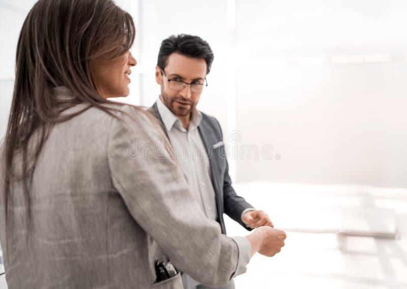 Επιχειρηματίας και επιχειρηματίας που συζητούν τη νέα παρουσίαση στοκ φωτογραφίες