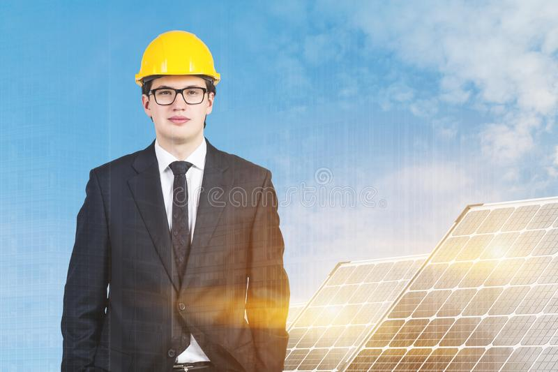 Επιχειρηματίας κοντά στα ηλιακά πλαίσια στοκ εικόνα