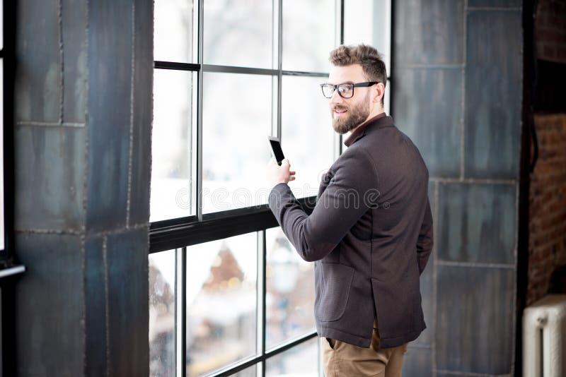 Επιχειρηματίας κοντά στο παράθυρο στοκ φωτογραφία με δικαίωμα ελεύθερης χρήσης