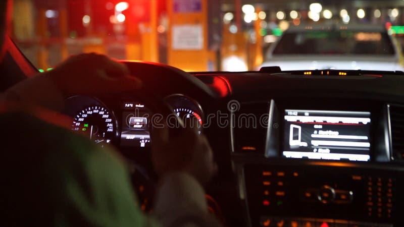 Επιχειρηματίας μέσα στο αυτοκίνητο στη θέση θέσεων του οδηγού - άτομο που φορά το κομψό φόρεμα αυτοκινητικό σε έτοιμο για την επι στοκ εικόνες