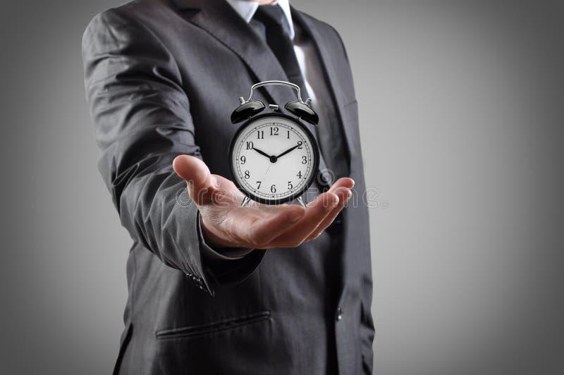 Ρολόι συναγερμών σε ένα χέρι. στοκ φωτογραφία με δικαίωμα ελεύθερης χρήσης