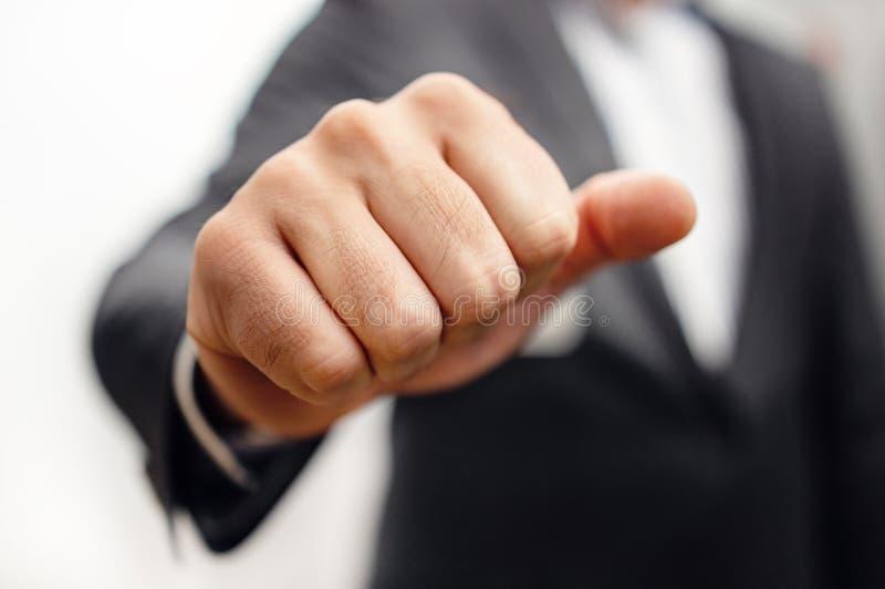 Επιχειρηματίας με γροθιά - Σκληρές διαπραγματεύσεις και επιθετικός διαπραγματευτής στοκ εικόνες με δικαίωμα ελεύθερης χρήσης