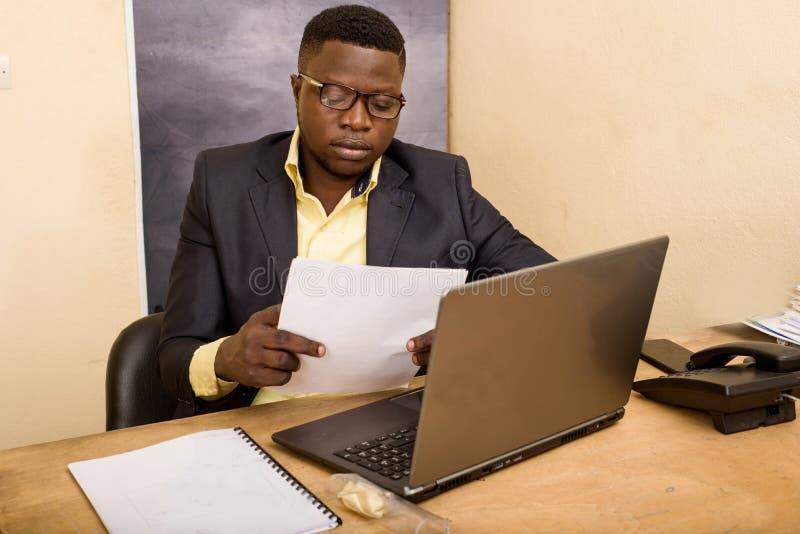 Επιχειρηματίας με κοστούμι στο γραφείο στοκ εικόνες με δικαίωμα ελεύθερης χρήσης