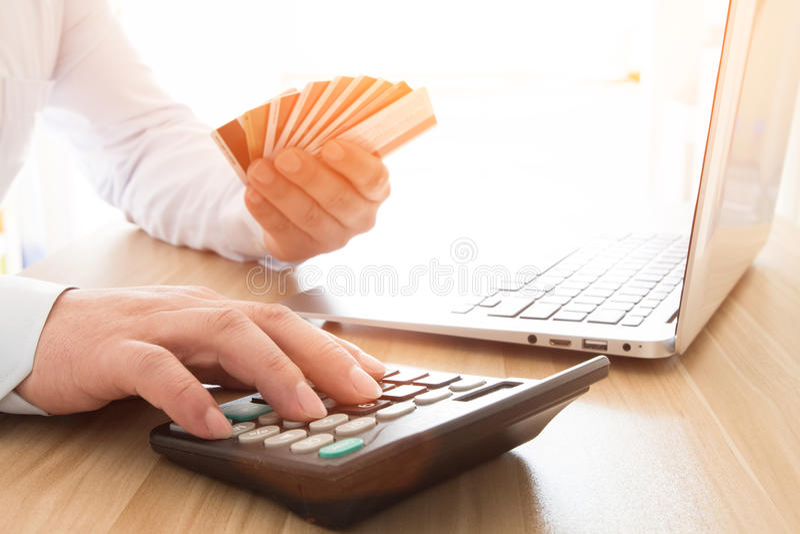 Επιχειρηματίας με μια πιστωτική κάρτα στοκ φωτογραφίες