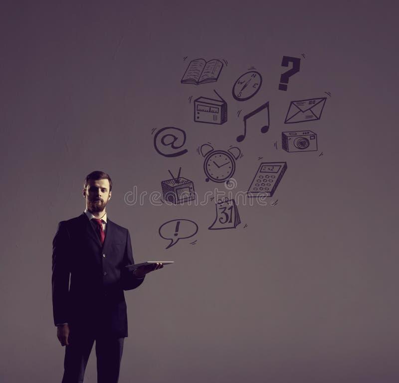 Επιχειρηματίας με μια συσκευή ταμπλετών Μαύρο υπόβαθρο με το copyspac στοκ εικόνες