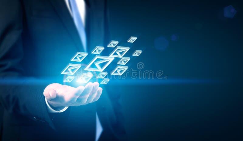 Επιχειρηματίας με τα εικονίδια ηλεκτρονικού ταχυδρομείου στοκ φωτογραφία με δικαίωμα ελεύθερης χρήσης