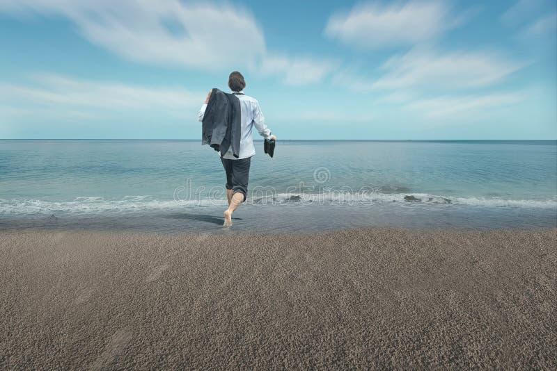 Επιχειρηματίας με τα πόδια στο νερό στοκ εικόνες με δικαίωμα ελεύθερης χρήσης
