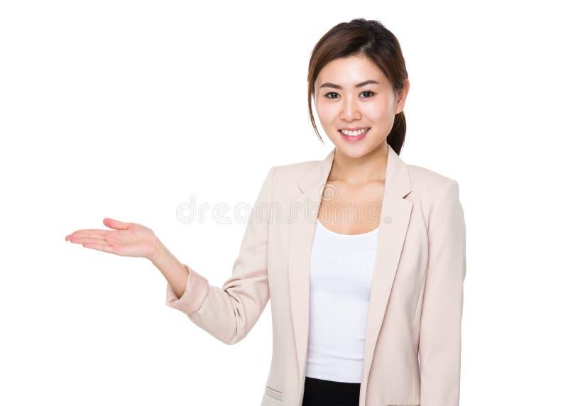 Επιχειρηματίας με την ανοικτή παλάμη χεριών στοκ εικόνα