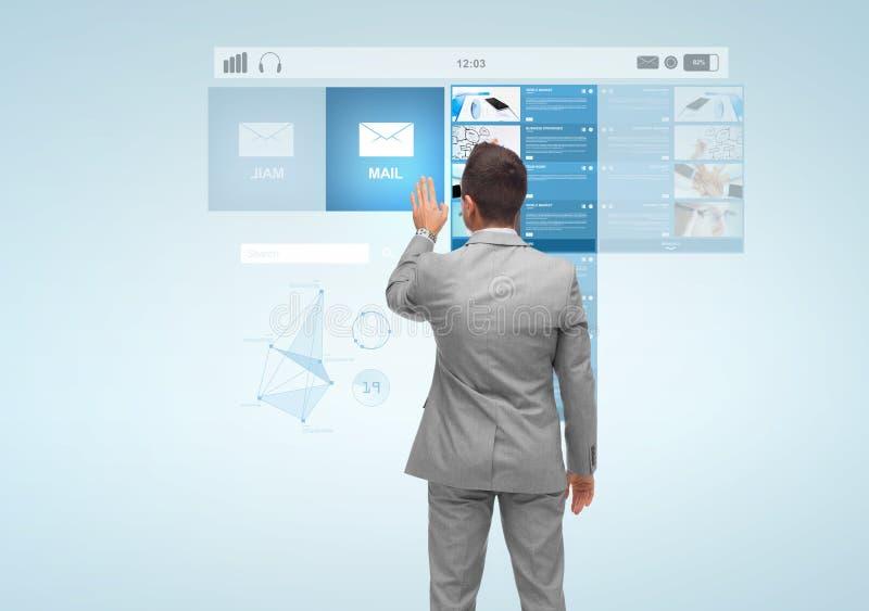 Επιχειρηματίας με την εικονική προβολή του ηλεκτρονικού ταχυδρομείου στοκ εικόνα