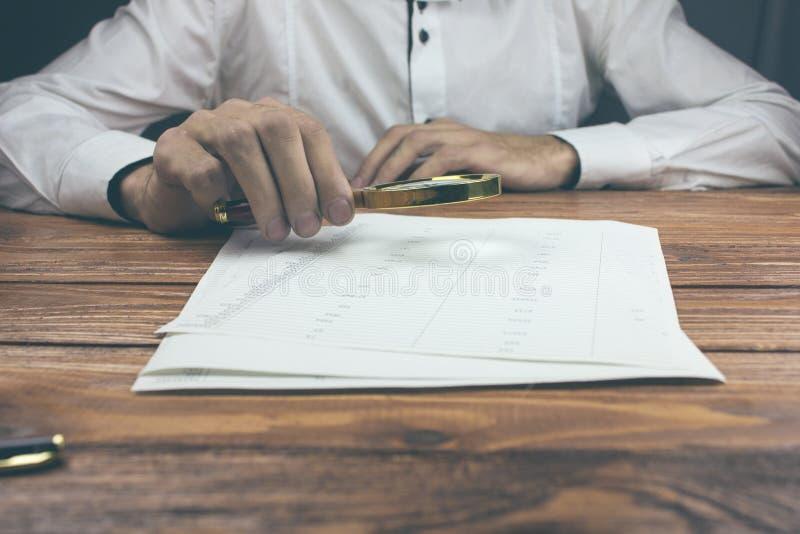 Επιχειρηματίας με την ενίσχυση - έγγραφα ανάγνωσης γυαλιού στοκ φωτογραφία με δικαίωμα ελεύθερης χρήσης