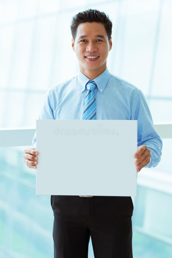 Επιχειρηματίας με την κενή αφίσσα στοκ φωτογραφίες