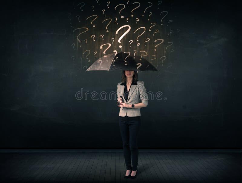 Επιχειρηματίας με την ομπρέλα και πολλά συρμένα ερωτηματικά στοκ φωτογραφία