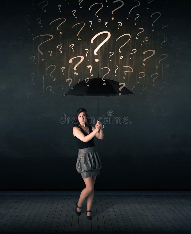 Επιχειρηματίας με την ομπρέλα και πολλά συρμένα ερωτηματικά στοκ εικόνα