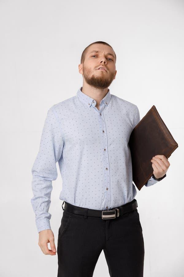 Επιχειρηματίας με την περίπτωση δέρματος στο άσπρο υπόβαθρο στοκ εικόνα