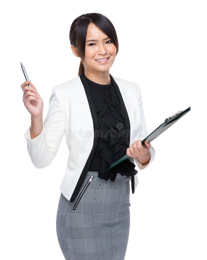 Επιχειρηματίας με την περιοχή αποκομμάτων και τη μάνδρα επάνω στοκ εικόνες