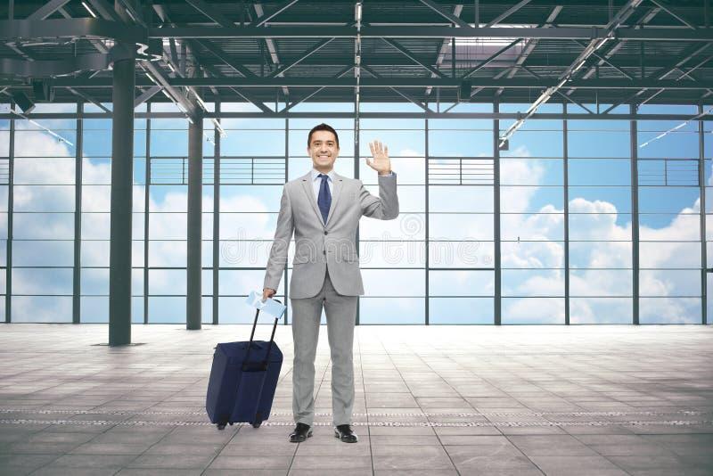 Επιχειρηματίας με την τσάντα ταξιδιού και εισιτήριο στον αερολιμένα στοκ φωτογραφία με δικαίωμα ελεύθερης χρήσης