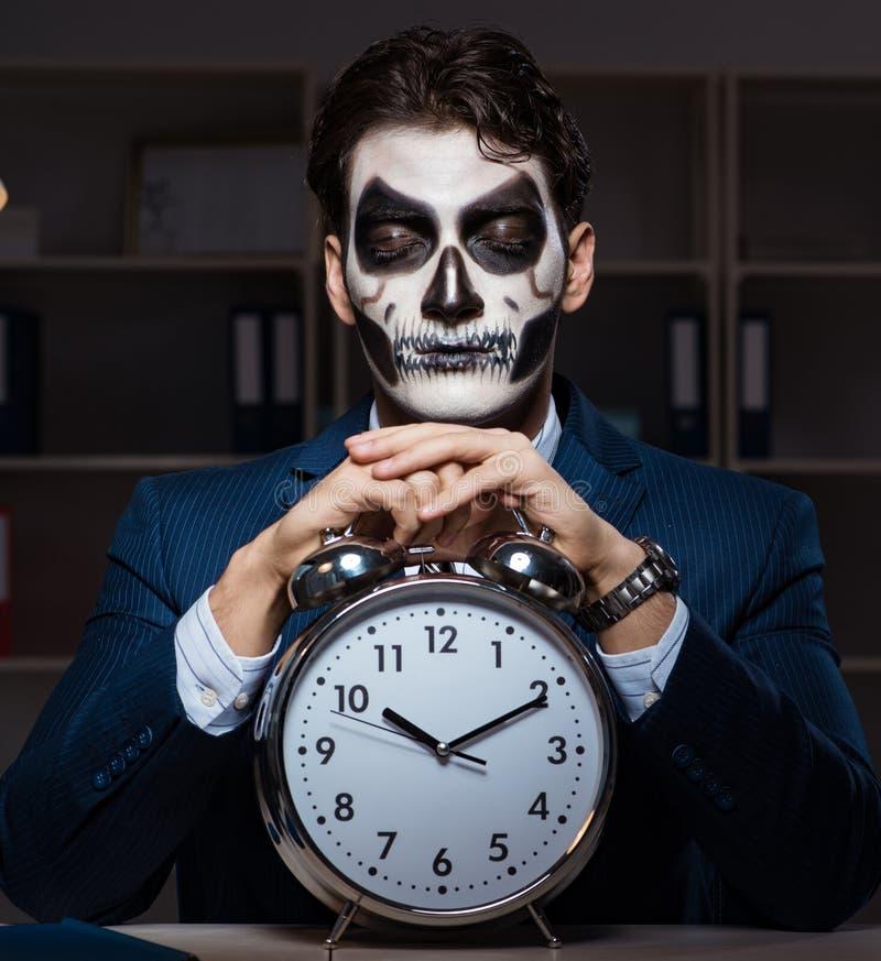 Επιχειρηματίας με τη τρομακτική μάσκα προσώπου που λειτουργεί πρόσφατο στην αρχή στοκ εικόνα με δικαίωμα ελεύθερης χρήσης
