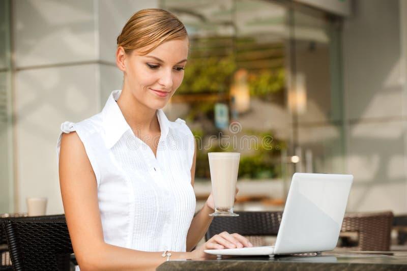 Επιχειρηματίας με τον καφέ & το lap-top στοκ εικόνα